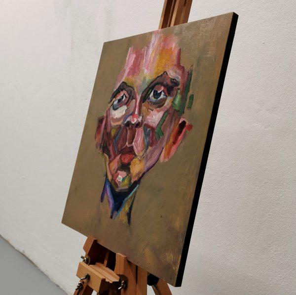 Obraz s názvem ''472'' je namalovaný akrylovými barvami na dřevěnou desku. Motiv obrazu je abstraktně vyobrazený mužský portrét.